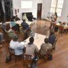 Sob orientação das professoras, os participantes foram orientados sobre como recuperar e armazenar livros