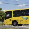 Ônibus amarelo na rua