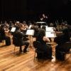 Músicos e maestrina se apresentam