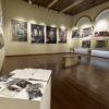 Sala de exposição, com obras de arte abstratas penduradas