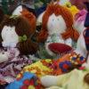 Bonecas de pano em tecidos coloridos