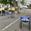 Agentes de trânsito ficam próximos das cadeiras de rodas para orientar motoristas