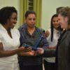 Diretora do Fundo Social entrega certificado