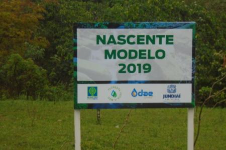 Placa no Jardim Ermida 1 indica que a nascente virou modelo em 2019