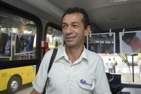 Cobrador Edevaldo Tiago da Cruz no ônibus itinerante do programa Bom Motorista