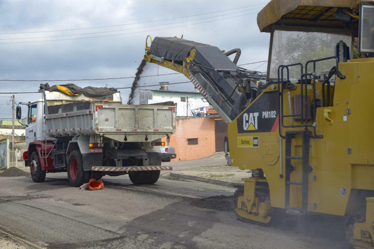 Máquinas recolhem a massa asfáltica antiga para a colocação do novo asfalto