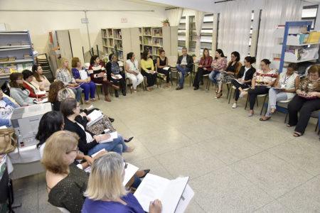 Grupo de adultos sentados, com cadeiras dispostas em formato semicircular