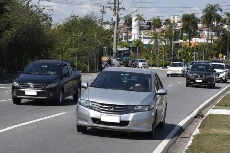 Rua da cidade com vários carros