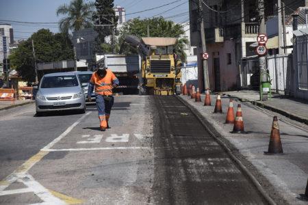 Máquina tirando asfalto