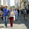 Pessoas caminhando em calçadão