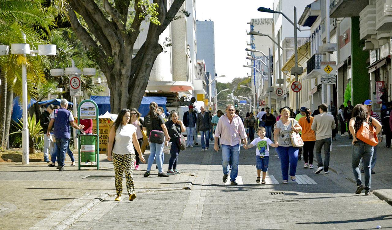 Calçadão no Centro da cidade, com pedestres transitando