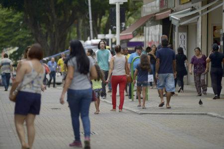 Pessoas transitando em área de pedestres do Centro