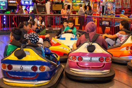 Crianças brincando em carrinho de bate-bate