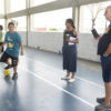 Casal assiste a filho fazendo dribles co m a bola no pé