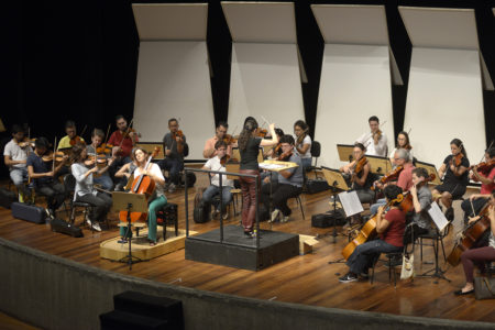 Palco de teatro, com músicos e regente