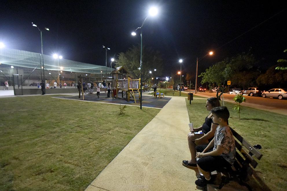 Praça tem bancos, quadra e local para as crianças brincarem