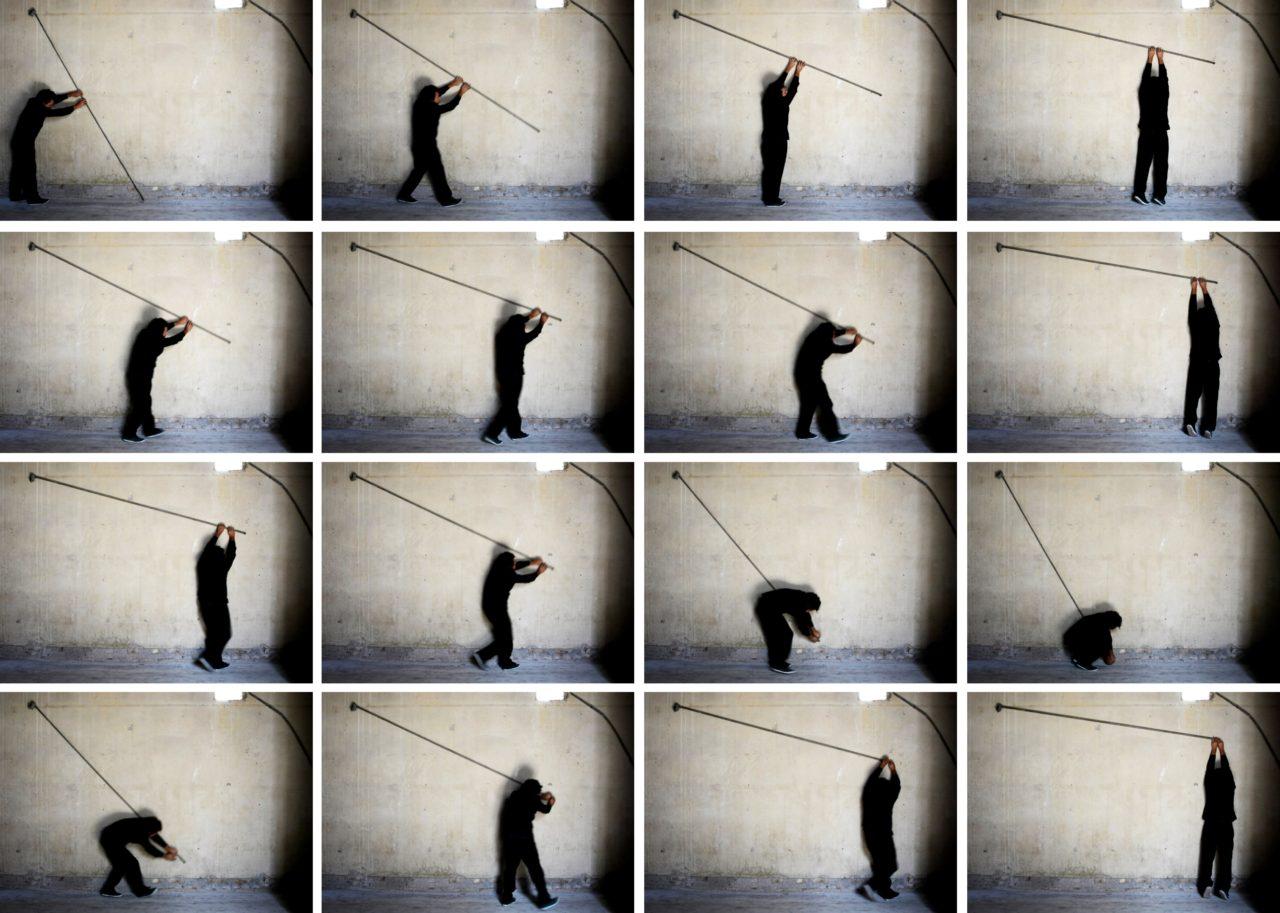 Foto composta por diversos quadros, com pessoa prendendo cano em parede branca