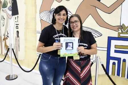 """Diretora Adriana e professora Valdinéia mostram o livro """"""""Descobrindo um mundo diferente"""""""