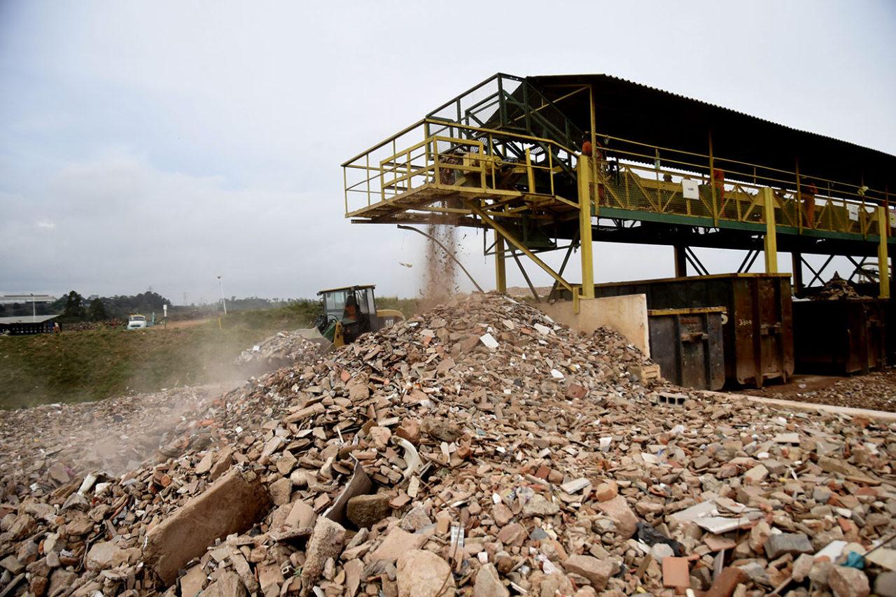 Entulho de construção passa por triagem no Geresol
