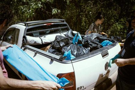 Picape de pequeno porte sai da Serra do Japi com vários sacos de lixo