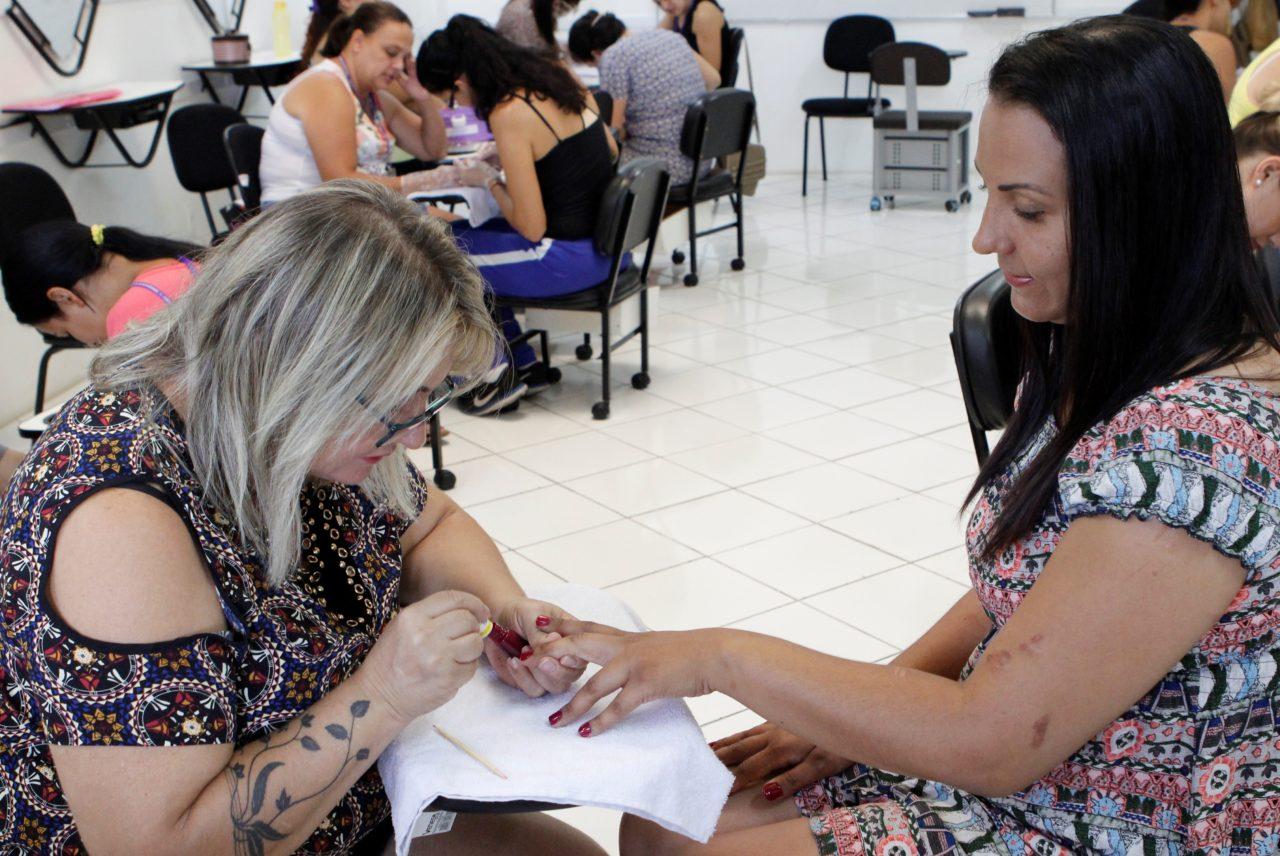 Alunas em aula prática, no curso de Manicure e Pedicure