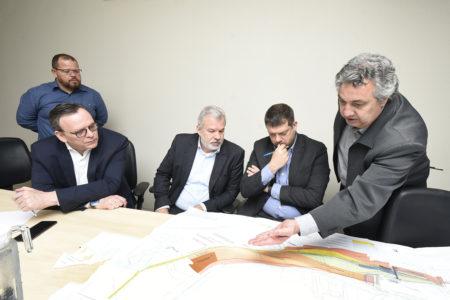 Gestor Silvestre Ribeiro usa mapa para mostrar estrutura da cidade visando receber as linhas de trem