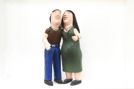Bonecos de madeira representando figuras masculina e feminina grávida