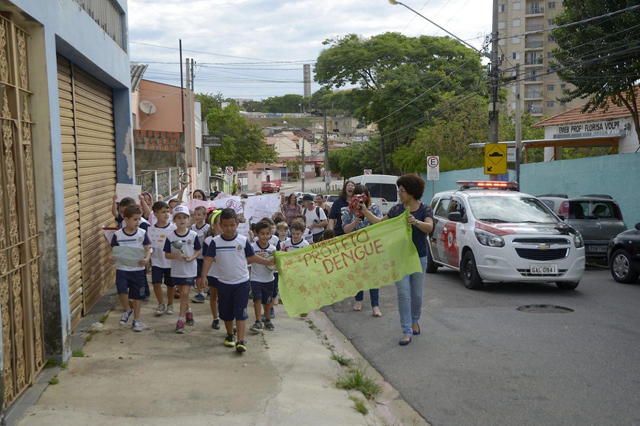 Crianças levaram mensagem da prevenção da dengue aos moradores do Pq. Brasília
