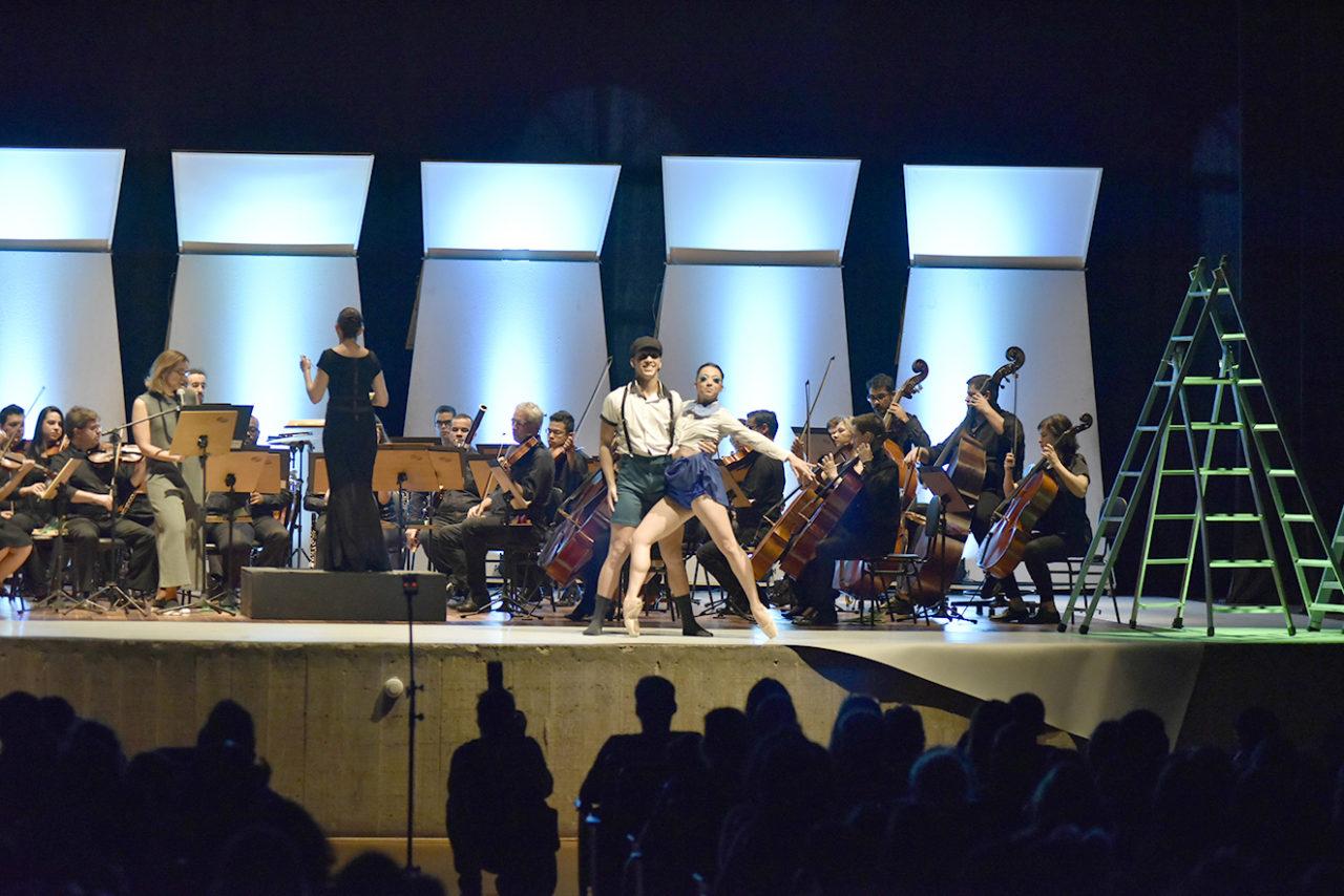 Palco de Teatro, com músicos de orquestra e bailarinos