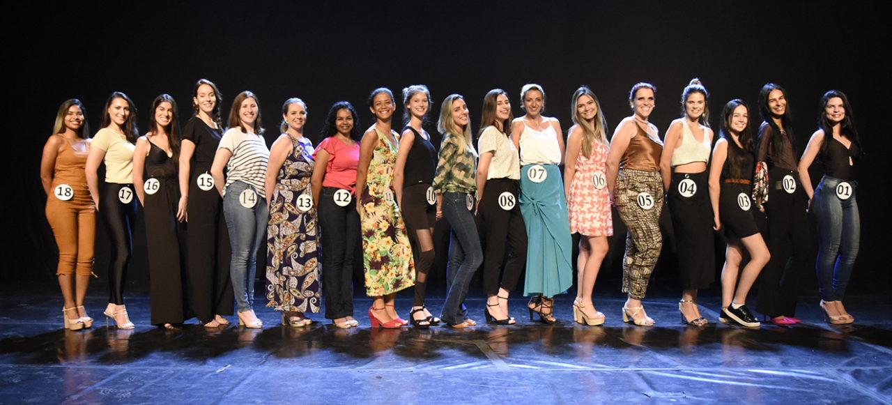 Foto posada sobre palco de 18 muilheres