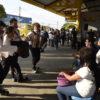 Palhaços fazendo apresentações em plataforma de terminal urbano