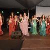 Mulheres em trajes de gala em palco
