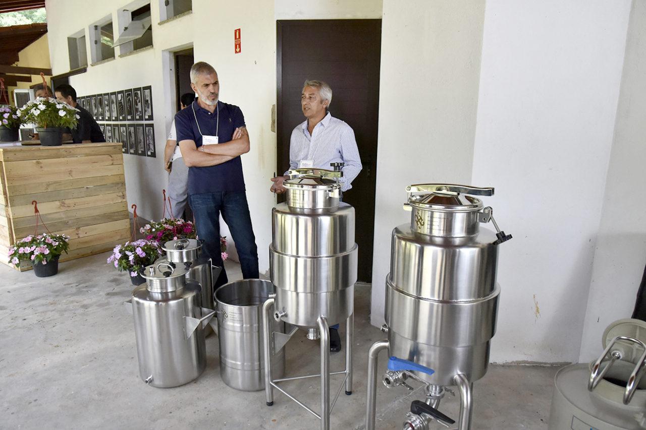 Encontro de Enologia teve expostos tonéis de fermentação de vinhos
