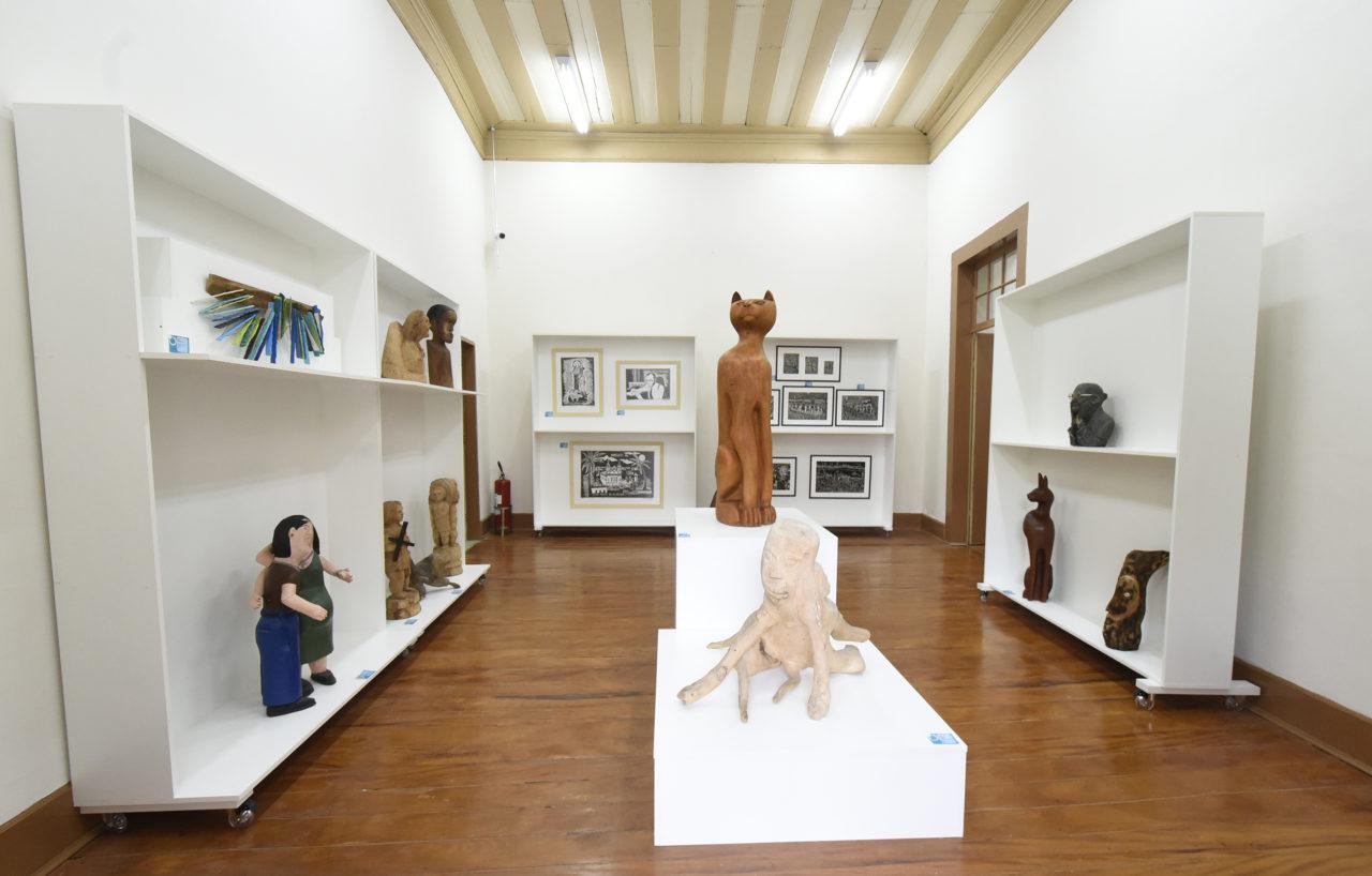 Sala de Museu, com estantes e peças de exposição