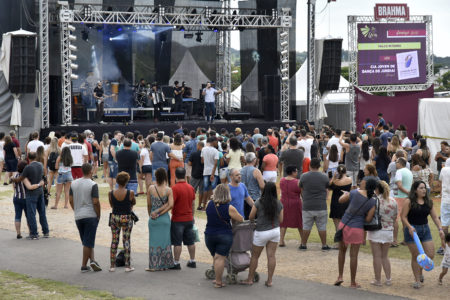 Plateia assistindo a uma apresentação musical em palco