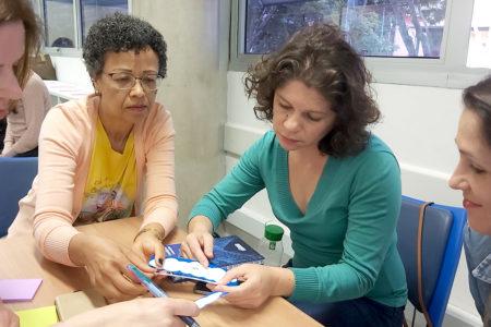 Mulheres conversando ao redor de mesa