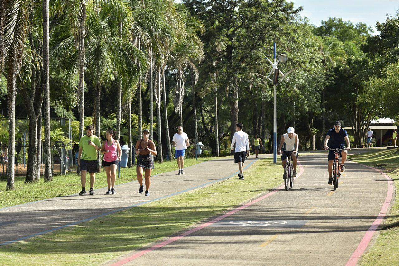 Pessoas correndo, caminhando ou andando de bicicleta, em parque