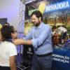 Luiz Fernando entrega medalha a aluna no palco do evento