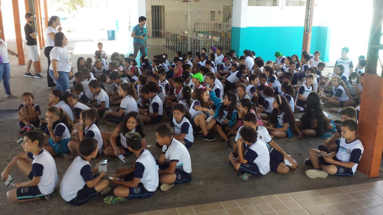 Antes de sair, estudantes se reuniram no pátio para instruções dos professores