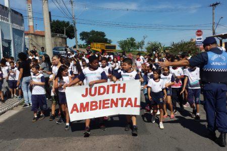 Alunos da EMEB Judith Arruda, no Cidade Nova, caminham pelas ruas do bairro
