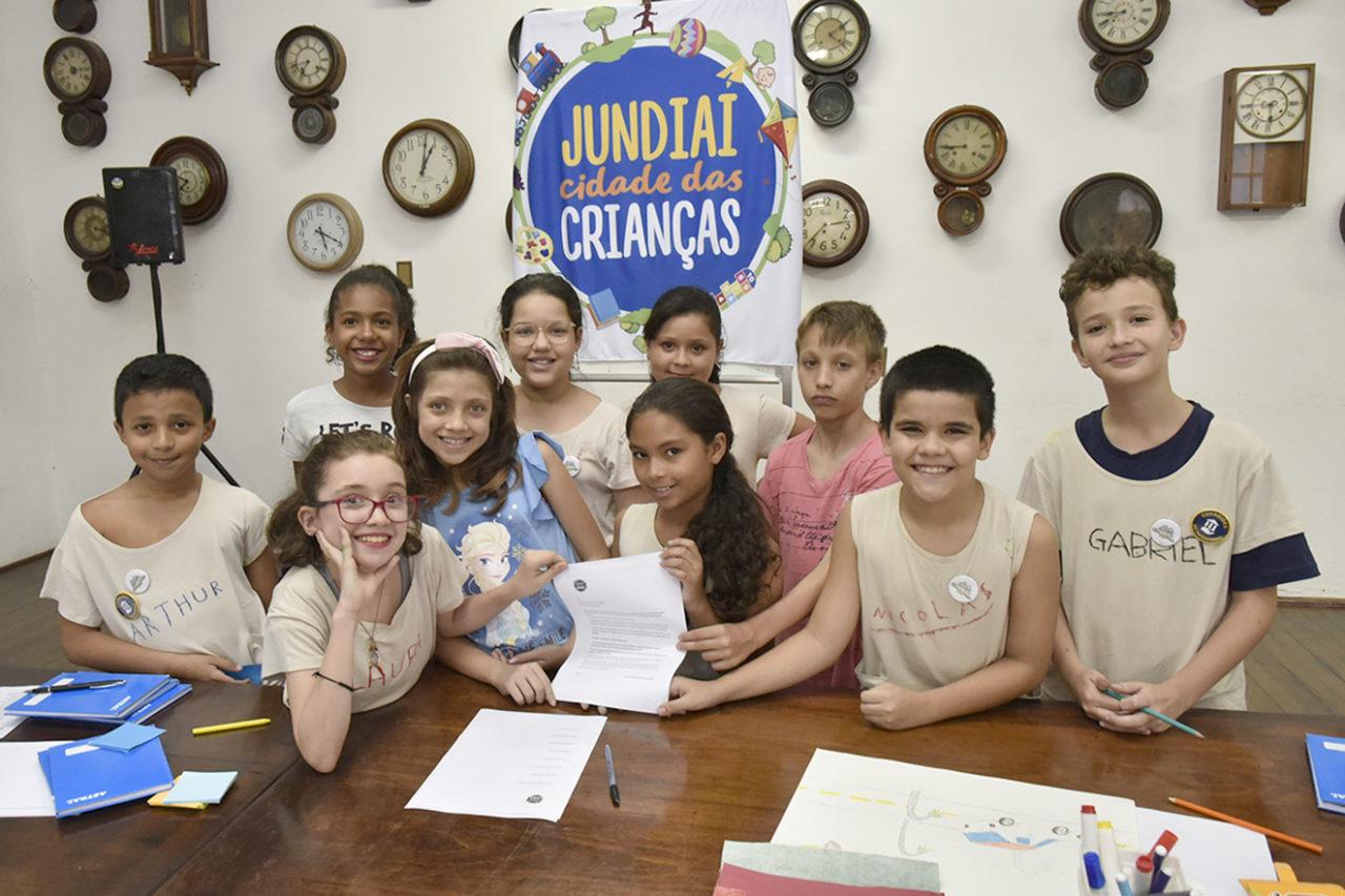 Integrantes do Comitê das Crianças assinam documento que, no dia 11, será entregue ao prefeito Luiz Fernando