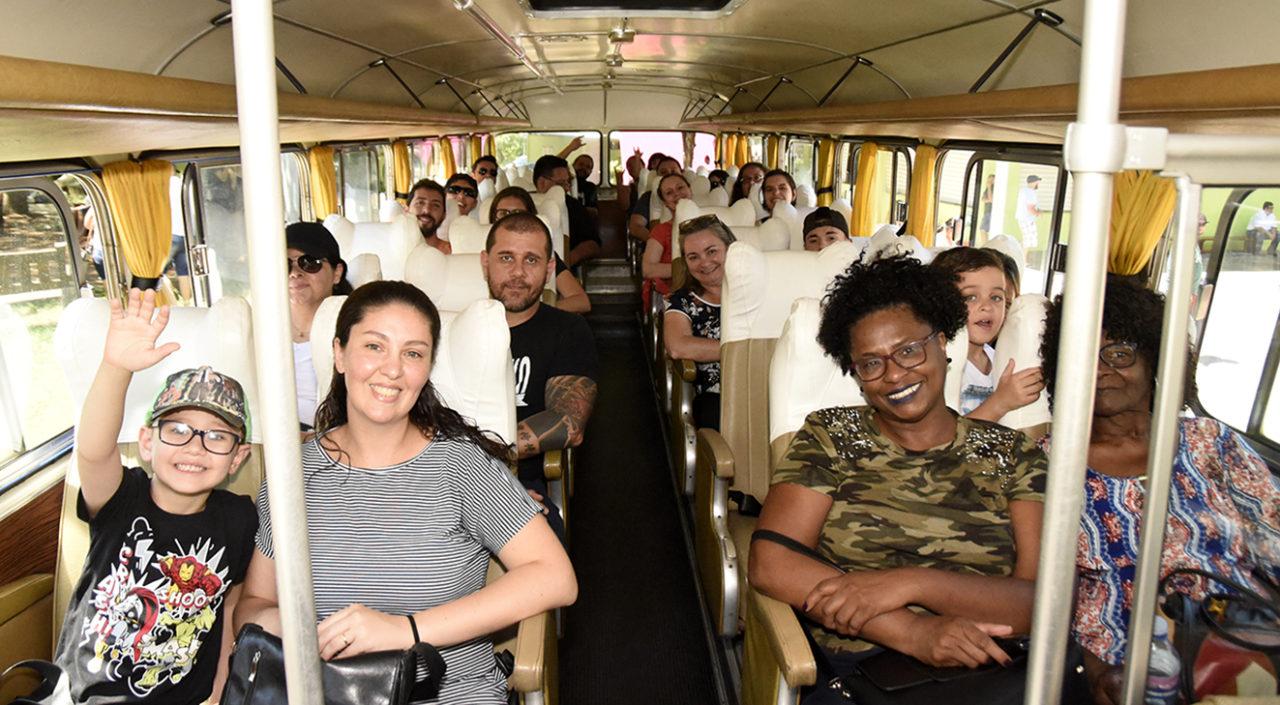 Pessoas sentadas a bordo de ônibus