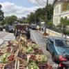 Caminhão com caixas de futas diversas em movimento em rua