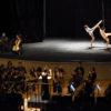 Palco de teatro, com orquestra e bailarinos se apresentando