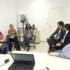 Sala de reunião com pessoas conversando