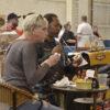 Público saboreia coxinha no pavilhão 2 do Parque da Uva