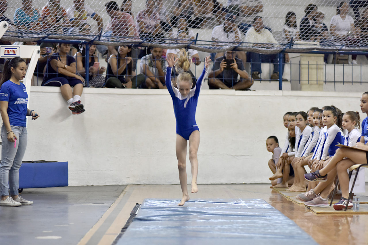 Menina prepara exercício de solo; FestiJUN teve 550 participantes