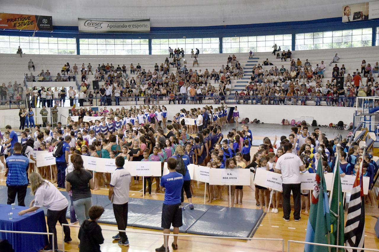 Parentes e amigos dos ginastas foram em bom número ao Bolão para prestigiar a garotada