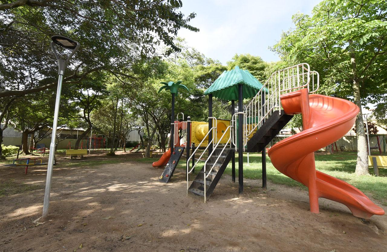 Prefeitura instalou luminária perto do playground das crianças