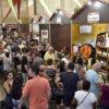 Galpão com estandes de venda de vinhos e produtos derivados de uva